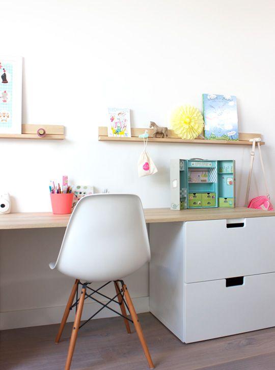 bureau d'enfant et étagère ikea