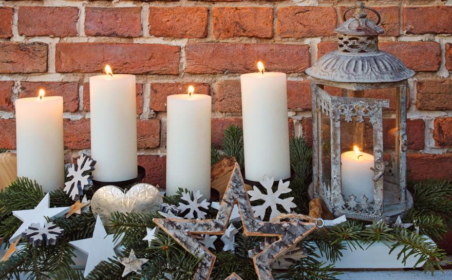 Frhliche Weihnachten, 4. Advent: Dekoration mit Kerzenflammen,Tannenzweigen, Weihnachtsschmuck und Holzhintergrund :)